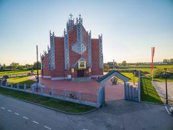 ilustracja przedstawia kościół pod wezwaniem Miłosierdzia Bożego