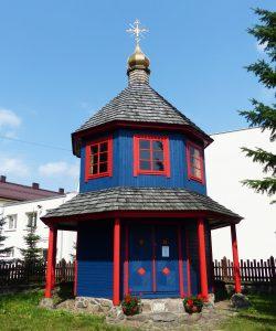 ilustracja przedstawia kapliczkę upamietniającą cerkiew i monaster świętego Mikołaja