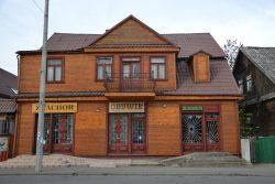 ilustracja przedstawia budynek sklepu obok bielskiego ratusza, w którym krecono sceny do filmu Znachor