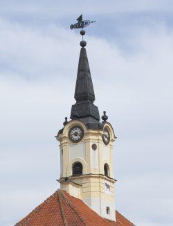 ilustracja przedstawia wieżę zegarową ratusza w Bielsku Podlaskim