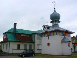 ilustracja przedstawia budynek Policealnego Studium Ikonograficznego oraz cerkwi Świętej Trójcy