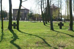 ilustracja przedstawia cmentarz wojenny żołnierzy niemieckich poległych w czasie I wojny światowej