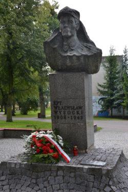 ilustracja przedstawia pomnik Kapitana Władysława Wysockiego