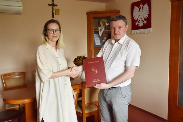 Burmistrz Miasta wręcza zarządzenie powołujące na stanowisko dyrektowa Pani ą Iwonę Bielecką Włodzimirow