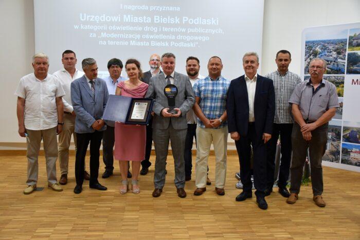 pamiątkowe zdjęcie wszystkich zebranych podczas uroczystości wręczenia nagrody